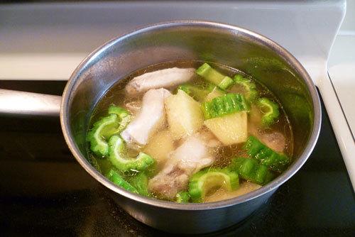 Cách nấu canh gà nấu dứa và khổ qua ngon