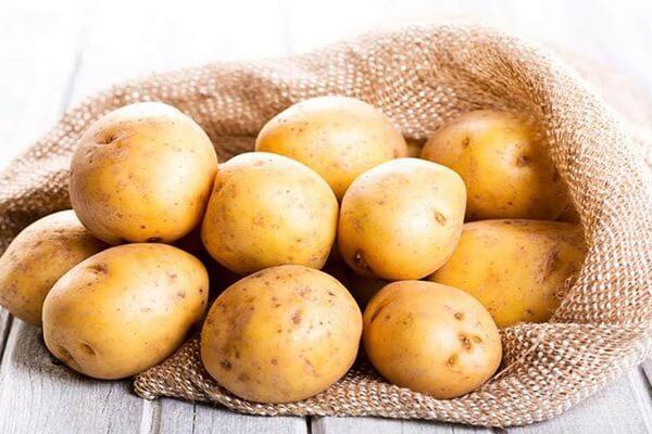 Cách làm bánh khoai tây bọc xúc xích chiên xù